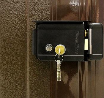 Накладной электромеханический замок на двери
